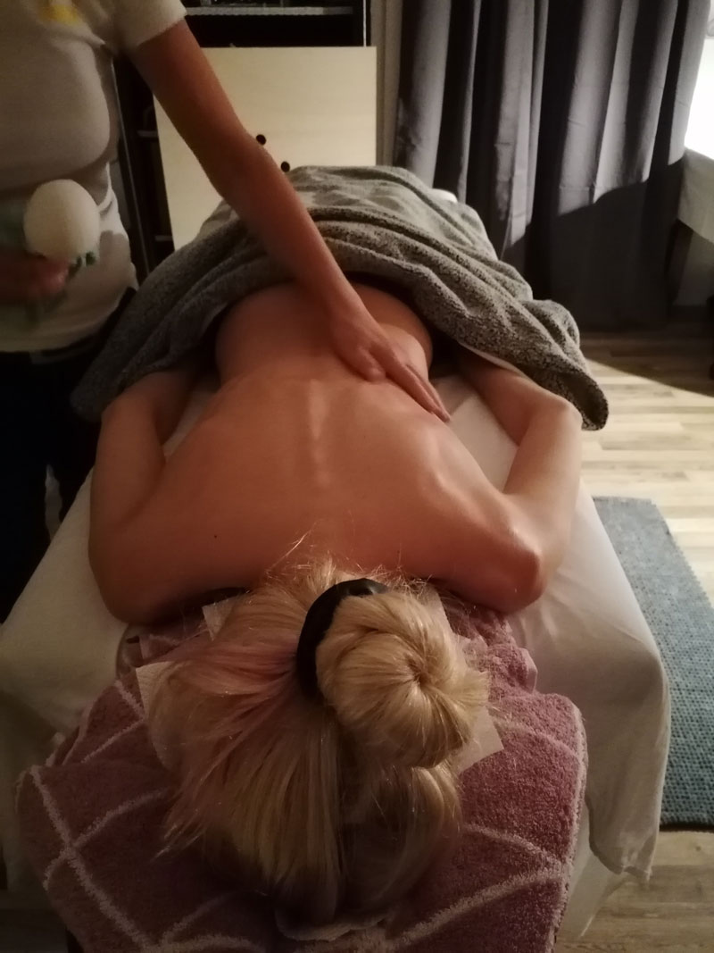 Kraeuterstempel-massage-wien