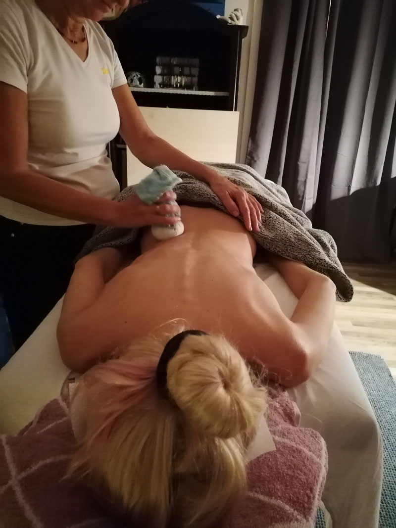 Kraeuterstempelmassage